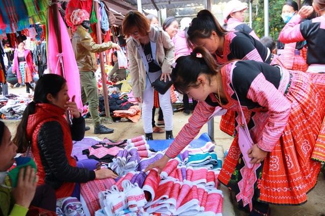 Đến chợ nhiều nhất là người Mông ở các xã Pà Cò, Hang Kia của huyện Mai Châu.