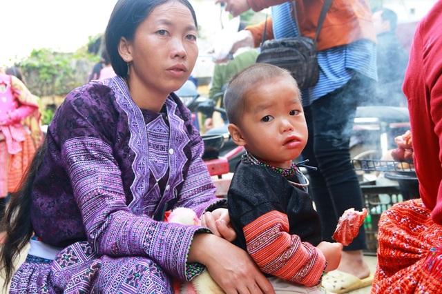 Xuống dự phiên chợ, chủ yếu là người Mông Xanh sống ở trên những ngọn núi cao. Họ đến đây để mua bán, trao đổi những sản vật trong vùng.