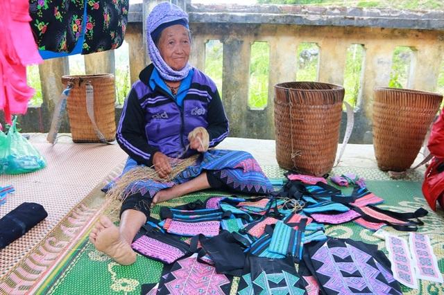 Hàng được bày bán nhiều ở chợ chủ yếu là đồ thổ cẩm. Mặt hàng này sẽ được người Mông mua về may váy, quần áo, trang phục dùng trong dịp tết cổ truyền của dân tộc mình.