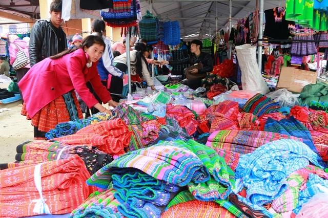 Những chiếc váy Mông đủ màu sắc, kích cỡ được bày bán tại một sạp hàng trong chợ.