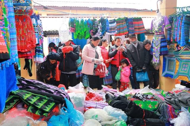 Nhà nhà, người người ở các gia đình dân tộc Mông đều đổ về chợ đi sắm Tết, ai cũng mong muốn có được bộ quần áo mới, một cái Tết đầy đủ, đầm ấm trong ngày đầu năm.