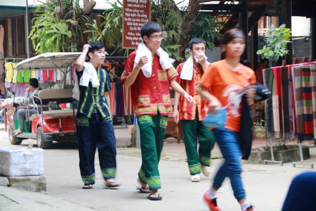 Nhiều nam sinh viên cũng diện quần áo thổ cẩm để thử cảm giác làm trai bản.
