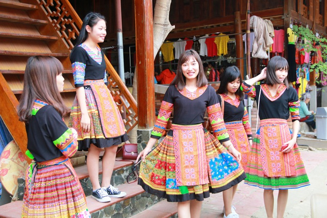 Những bộ quần áo dân tộc được treo bán và cho thuê ở nhiều quầy hàng ở Bản Lác, Mai Châu, Hòa Bình. Các bạn sinh viên chỉ cần bỏ ra số tiền từ 15 - 20 nghìn đồng thoải mái chọn cho mình bộ trang phục dân tộc vừa ý.