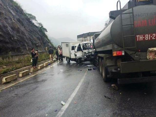 Hiện trường vụ tai nạn giữa xe chuyên dụng chở phạm nhân và xe bồn chở xăng dầu của quân đội.