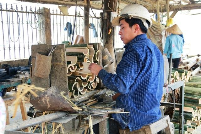 Mỗi ngày, một xưởng sản xuất đũa sử dụng 1 lần làm ra hàng nghìn đôi đũa. Tại những xưởng làm đũa ban đầu này chỉ làm đến công đoạn tạo ra những chiếc đũa từ thân cây rồi bó thành từng bó lớn. Còn lại chuyển bán cho những người chuyên buôn bán về xử lý vệ sinh, đóng gói rồi bán ra thị trường.