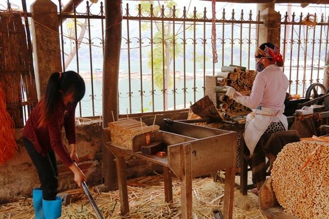 Phế thải từ việc làm đũa thường rất nhiều nên phải được quyét dọn, thu gom thường xuyên. Vì thế, tại các xưởng sản xuất đũa luôn có một đến 2 người làm công việc này. Vào dịp cuối năm, mỗi lao động cũng kiếm cả chục triệu đồng trong tháng sản xuất đũa bán phục vụ mùa Tết.