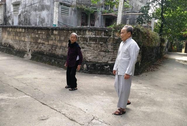Niềm vui của vợ chồng ông giáo làng là mỗi ngày ra ngõ được nhìn thấy con đường làng rộng, đẹp, sạch sẽ, người dân phấn khởi qua lại.