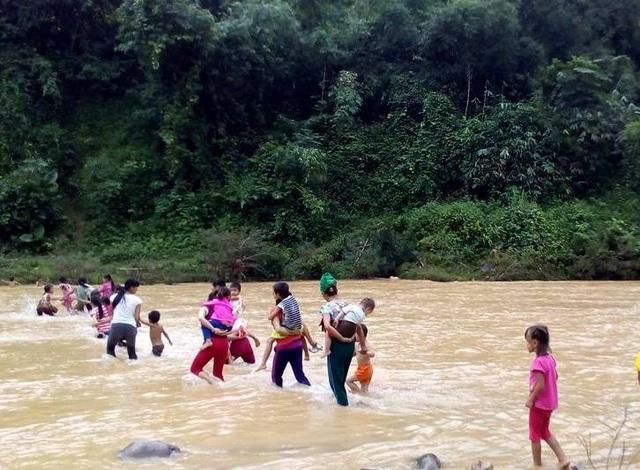 Để đến được trường, hàng chục học sinh bản Vịn phải lội qua sông