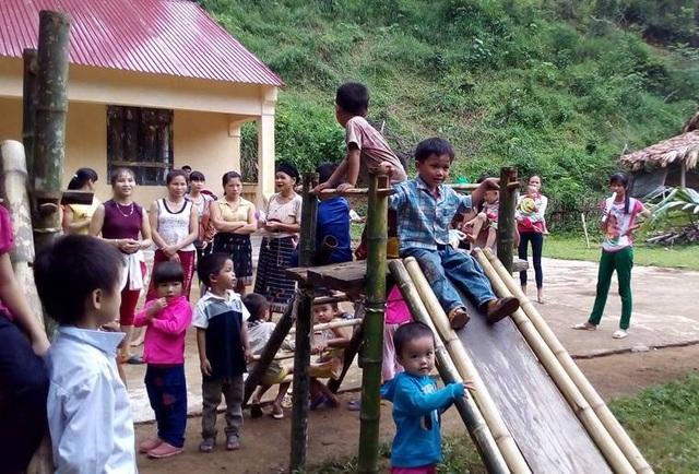 Đồ chơi của những đứa trẻ là những thứ người dân và thầy cô giáo tự chế