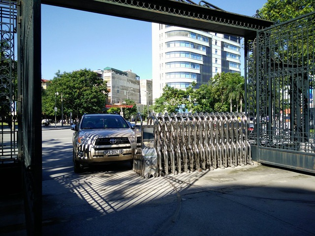 Chiếc ô tô ông T. tông vào cổng trụ sở UBND tỉnh