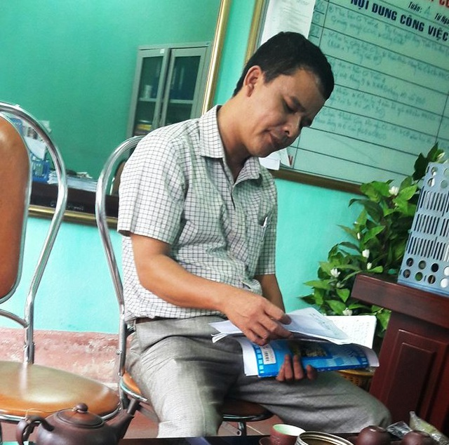 Ông Lê Tuấn Anh, Hiệu trưởng trường tiểu học Quảng Lộc đọc những khoản thu cho PV từ một cuốn sổ ghi chép chứ không có kế hoạch thu chi thể hiện bằng văn bản