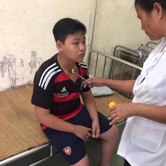 Ngay sau khi bị thầy giáo hành hung, T phải điều đến trạm y tế để điều trị