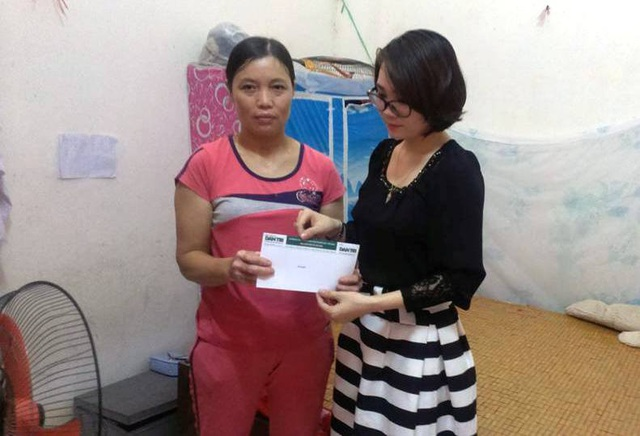 PV Dân trí trao tiền bạn đọc ủng hộ đến mẹ của em Loan