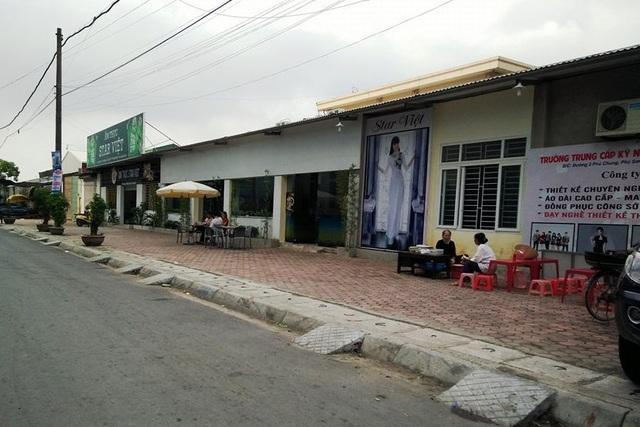 Những gian hàng kinh doanh được dựng lên không khác gì khu phố buôn bán