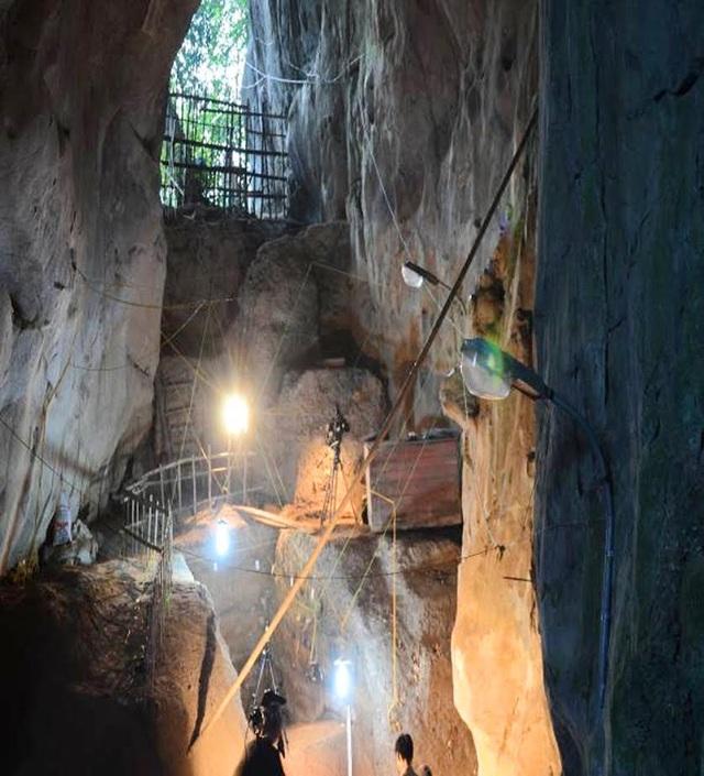 Phía trong Hang Con Moong nơi phát hiện nhiều dấu tích của con người cách ngày nay 40.000 – 60.000 năm (Ảnh: Viện khảo cổ học)