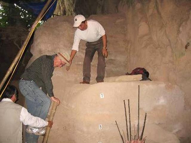 Đoàn khảo cổ học của Viện hàn lâm khoa học Nga và Việt Nam đến tìm hiểu tại Hang Con Moong (Ảnh: Khảo cổ học Việt Nam)