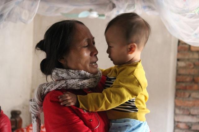 Bị bệnh hiểm nghèo nhưng bé Tuấn Vũ không có bố mẹ ở bên mà chỉ có bà ngoại