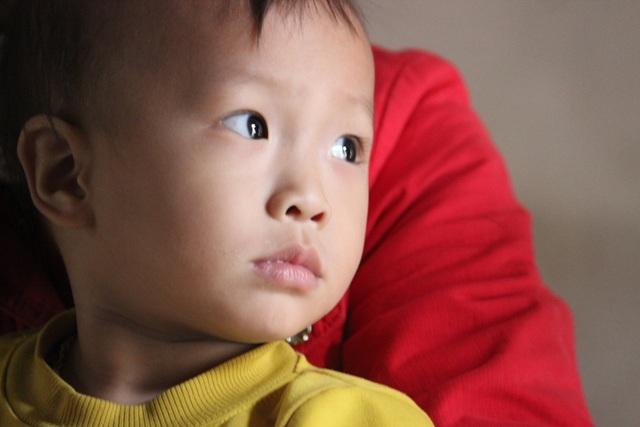 Đôi mắt ngây thơ của Tuấn Vũ chẳng bao giờ có thể hiểu được mình sinh ra đã phải chịu quá nhiều bất hạnh
