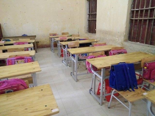 Học sinh phải bỏ tiền ra mua bàn ghế để ngồi học