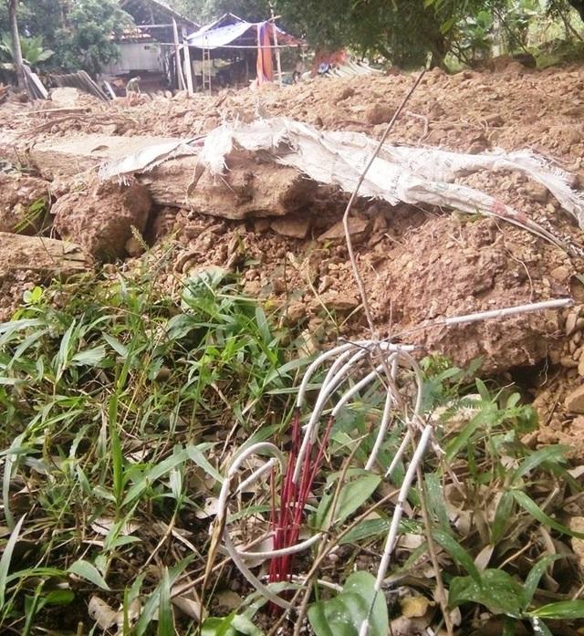 Không những san ủi đất, chính quyền thị trấn Yên Cát còn thắp hương lên mảnh đất nhà bà Nhàn