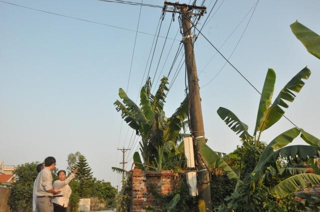 Trong khi leo lên cột điện để sửa chữa, lắp đặt, công nhân điện lực bị điện giật tử vong (ảnh Báo Quảng Ninh)