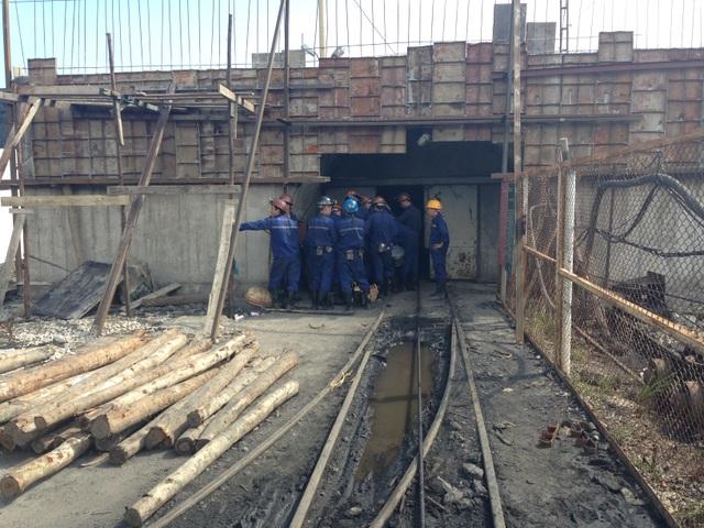 Các công nhân cùng lực lượng Cứu hộ Mỏ đang dốc lực cứu công nhân mắc kẹt trong hầm lò trong một vụ tai nạn lao động xảy ra hồi năm ngoái.
