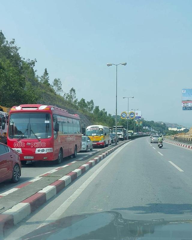 Đất tràn ra đường cùng chiếc xe bị lật ngang đường khiến giao thông tại đâu ùn tắc nghiêm trọng trong nhiều giờ