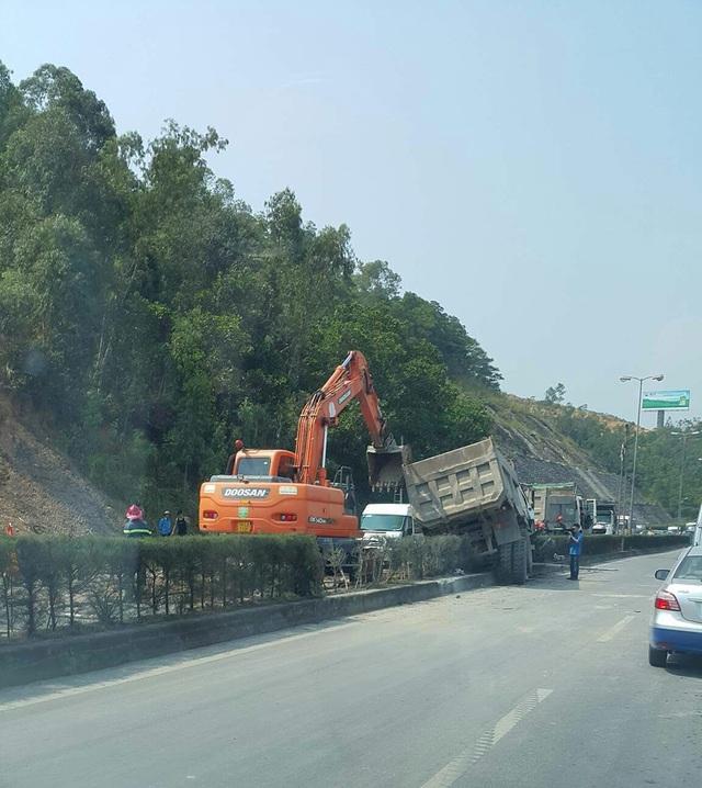 Lực lượng chức năng nhanh chóng tổ chức dọn dẹp để giair tỏa giao thông