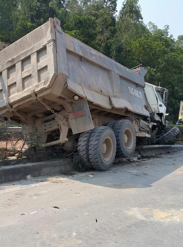 Đang lưu thông, chiếc ô tô chở đất bất ngờ lao lên dải phận cách
