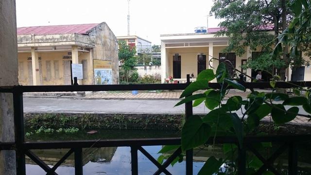 Hàng rào ngăn giữa cơ sở điều trị cho người nghiện tại Trạm y tế xã An Hưng với trường mầm non An Hưng vốn đã thấp lại còn bị bẻ hết phần sắt nhọn phía trên nên người nghiện đã có lần vượt rào sang trường.