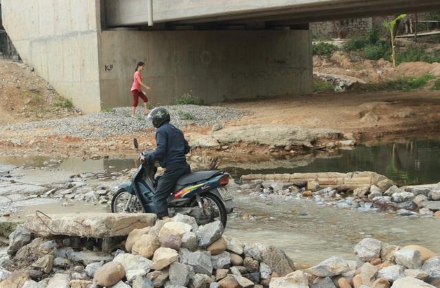 Người dân vẫn mong mỏi cây cầu sớm hoàn thành để không phải khốn khổ và thiếu an toàn khi lưu thông qua đường tràn