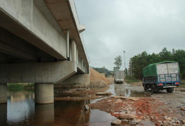 Cầu đẹp nhưng các phương tiện vẫn phải lưu thông theo đường tràn đã xuống cấp