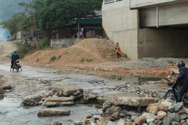 Cầu xây xong đã hơn 4 tháng nhưng không đưa vào sử dụng được do một phía cầu vẫn giáp vào nhà dân nên chưa thi công được đường dẫn