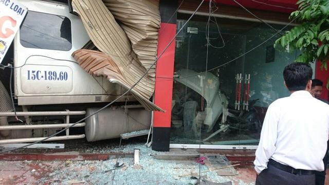 Rất may không có thiệt hại về người nhưng đồ đạc tại tầng một hư hỏng, cửa kính vỡ vụn và có nguy cơ sập cả ngôi nhà.