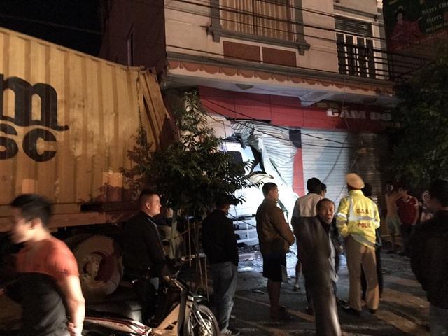 Nhiều nhân chứng cho biết, khi họ chuẩn bị đi ngủ thì nghe tiếng động cực lớn. Chạy ra ngoài đường đã thấy toàn bộ đầu xe container nằm gọn trong tầng 1 nhà hàng xóm