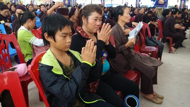Hai bà cháu bà Vinh đến Đại lễ từ rất sớm thanh tâm khấn cầu để vong linh con trai bà được siêu thoát