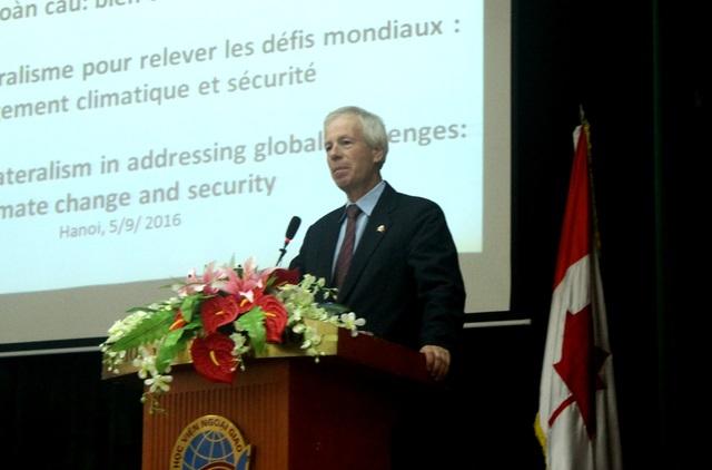 Ngoại trưởng Canada phát biểu trước hàng trăm sinh viên Việt Nam sáng ngày 5/9 (Ảnh: Nam Hằng)