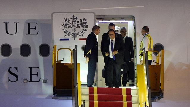 Chuyên cơ chở Tổng thống Pháp Hollande hạ cánh xuống Sân bay Nội bài lúc rạng sáng ngày 6/9