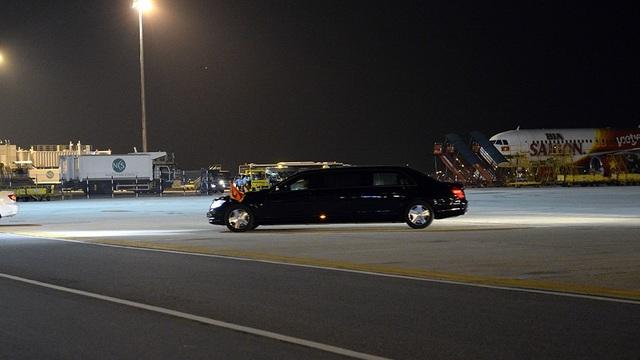 Xe chở Tổng thống Pháp về khách sạn Hà Nội