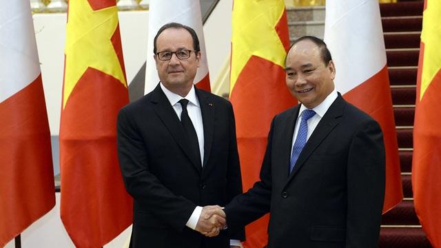 Tại cuộc hội kiến, Thủ tướng Nguyễn Xuân Phúc chào mừng Tổng thống Pháp François Hollande thăm cấp nhà nước tới Việt Nam, đánh giá cao ý nghĩa của chuyến thăm đối với quan hệ hai nước.