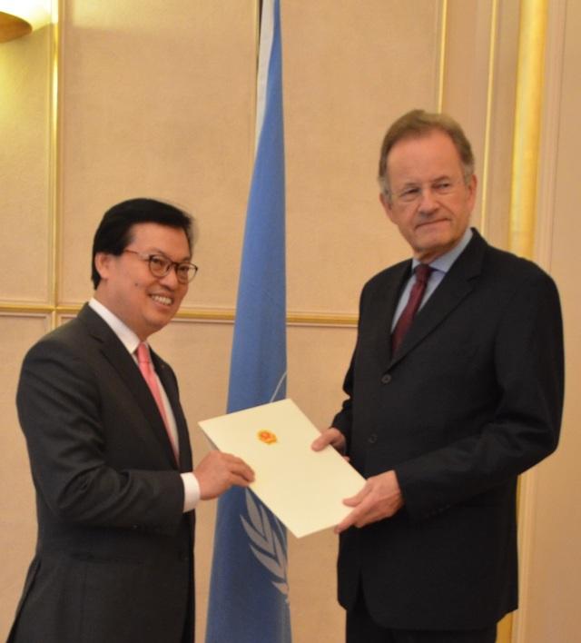 Đại sứ đặc mệnh toàn quyền Dương Chí Dũng trình Quốc thư lên Tổng Giám đốc Văn phòng Liên hợp quốc Michael Moller (Ảnh: BNG)