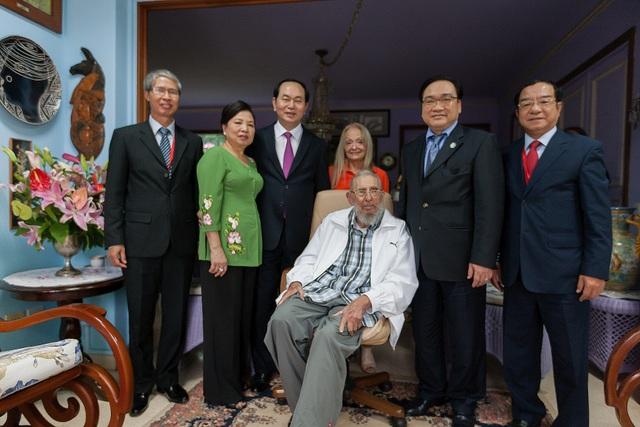 Chủ tịch nước Trần Đại Quang và Phu nhân cùng một số thành viên của Đoàn đại biểu cấp cao Việt Nam đến chào lãnh tụ Cách mạng Fidel Castro trong chuyến thăm chính thức Cuba vừa qua (Ảnh: Bộ Ngoại giao)