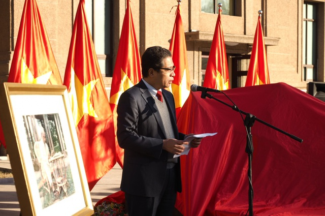 Đại sứ Việt Nam tại Trung Quốc Đặng Minh Khôi phát biểu tại Lễ khánh thành bức tượng (Ảnh: ĐSQ)