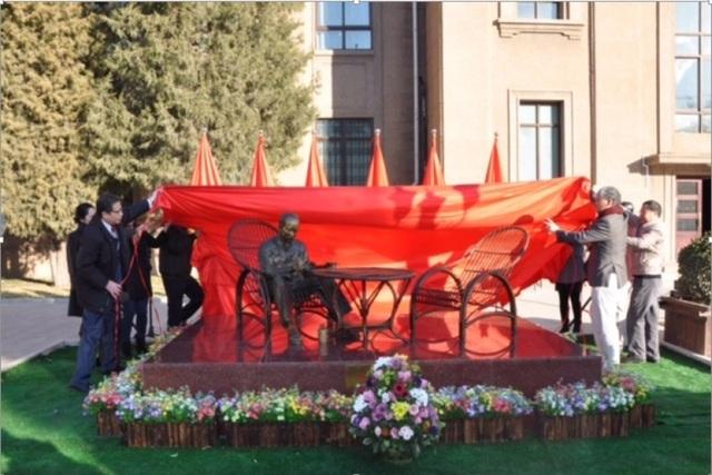 Tượng Bác Hồ tại khuôn viên Đại sứ quán Việt Nam tại Bắc Kinh (Ảnh: ĐSQ)