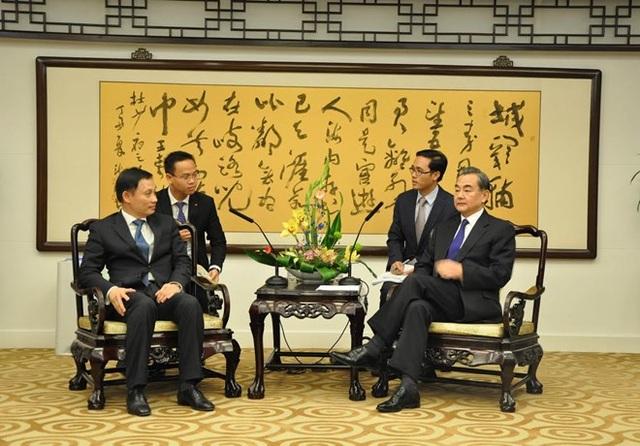 Ngoại trưởng Trung Quốc Vương Nghị tiếp thân mật Thứ trưởng Lê Hoài Trung và Đoàn đàm phán Việt Nam. (Ảnh: Tường Thu/TTXVN)