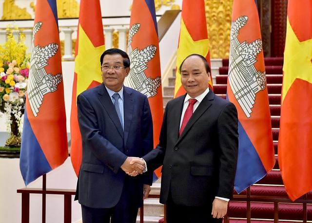 Sau lễ đón chính thức được tổ chức trọng thể tại Phủ Chủ tịch, Thủ tướng Nguyễn Xuân Phúc và Thủ tướng Hun Sen đã có buổi hội đàm (Ảnh: VGP/Quang Hiếu)