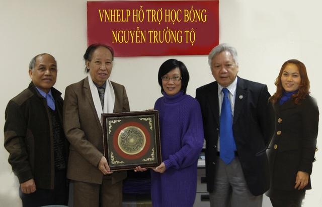 Bà Đỗ Anh Thư - Chủ tịch Quỹ Y tế - Giáo dục - Văn hóa (VNHELP) nhận tặng phẩm kỷ niệm của Quỹ Khuyến học Việt Nam tại Hà Nội.