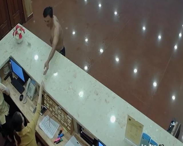 Người đàn ông lấy chìa khóa phòng anh Hà từ lễ tân