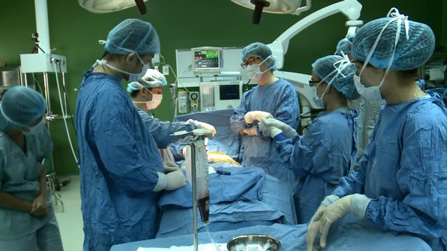 Các bác sĩ tiến hành ca phẫu thuật