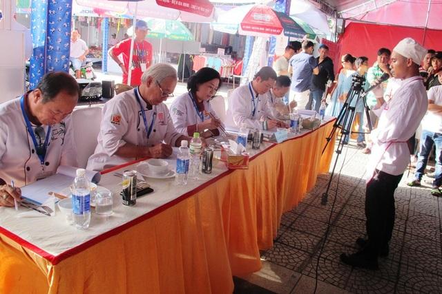 Ban giám khảo thưởng thức món ăn và nghe các đội thuyết trình